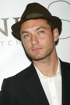 Jude Law with a black hat