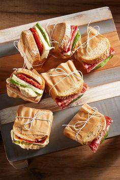 Für jeden etwas dabei! Kleine Snack-Päckchen für den nächsten Sommerbrunch. Für die Vegetarier mit Mozzarella, Basilikumpesto, Spinat und getrockneten Tomaten und für die Fleischliebhaber anstatt der getrockneten Tomaten mit einer italienischen Salami. #reschundfrisch #amliebstenimmer #brunchideas #picknickideas #rezepte #snackstogo #italienischerbrunch Picknick Ideas, To Go, Anstatt, Snacks, Mozzarella, Dried Tomatoes, Meat, Italian Salami, Brunch Ideas