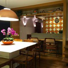 Este apartamento no Leblon projetado pela arquiteta Juliana Leão e contou com a parceria em iluminação da Persoluce. Aconchego e design. Beleza e formas. Na foto destaca o pendente Eclipse em folha de cobre e as arandelas Bloc.