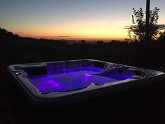 Whirlpool Infinity Gozo Speciale     Dieser Massagekönig bietet Platz für 5 Personen und Eigenschaften wie Jacuzzi-Badewanne, Hydro-Massage an Hals, Rücken, Hüfte, Oberschenkel und Waden, und ein selbständiges Reinigungssystem.