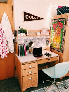95 simple and smart dorm room organization ideas to get a spacious room 64 College Dorm Room Ideas dorm ideas Organization room simple Smart Spacious College Dorm Desk, Dorm Room Desk, College Bedroom Decor, Cute Dorm Rooms, Dorm Desk Decor, Dorms Decor, College Life, Hull College, Dorm Room Themes
