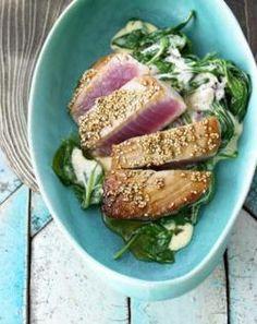 Vis komt veel voor in de Thaise keuken. Neem deze tonijn. Een prachtig gerecht om te serveren met een verse salade en een timbaaltje rijst. Genieten op z'n thais en met verse ingrediënten. 2 tonijnsteaks van 125 gram 2 theelepels olijfolie 2 eetlepels ketjap manis 1 theelepel knoflookpoeder 3 cl water 2 theelepels sesamzaad Maak …