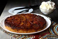 Prăjitură răsturnată cu prune caramelizate Sweet Bread, Cobbler, Steak, Cheesecake, Food And Drink, Pork, Sweets, Beef, Desserts