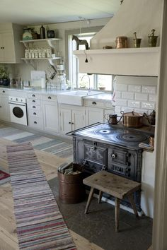 Farmhouse Kitchen Design Ideas - Best WHITE FARMHOUSE KITCHENS images How to create a shabby chic kitchen, which is one of the most popular styles of decorating, especially for cou White Farmhouse Kitchens, Cottage Kitchens, Farmhouse Kitchen Decor, Black Kitchens, Country Kitchen, Small Kitchens, Farmhouse Chic, Farmhouse Interior, Dream Kitchens