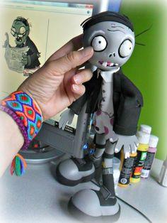 Plants vs. Zombies   Zombie lector: Zombie que va vestido con un saco y gafa diseño hecho en México por Bianca Castro