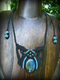 神秘的な青い閃光が美しいカナダ産ラブラドライト&モスアゲートのマクラメ編みネックレス