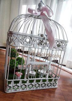 Merdiven boşluğundaki çerçevelerimi anlatırken sehpa üzerindeki kuş kafesinde minyatür bir bahçem olduğunu yazmıştım. Bu kafesi ancak bug...