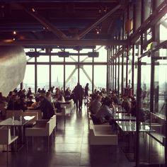 LE GEORGES, 19 rue Beaubourg, 75004 Paris, 01 44 78 47 99. Le Georges a ouvert ses portes en 2000, au sommet du Centre Georges Pompidou. Dessiné et réalisé par Dominique Jakob et Brendan McFarlane, le Georges est futuriste et surréaliste, souple et géométrique, fidèle à l'esprit avant-gardiste du Centre Georges Pompidou. À l'intérieur du restaurant, le Pink Bar, bar à Vodka niché au fond d'une alcôve, propose des cocktails originaux et surprenants.