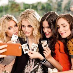 ¿Un tip para una selfie perfecta? Siempre es con amigas  #FueraDeSerie #SoyLuna