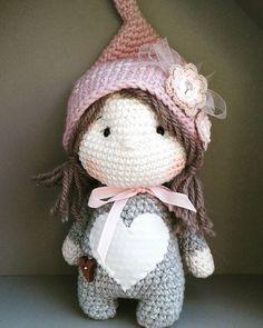 Little Luna is looking for a new home. .. #crochetlove #crochet #häkelnisttoll #häkeln #zwerge #wichtel #amigurumidoll #amigurumis #littlegirl #onlyforgirls #häkelnmachtspass #knittinglove #marleensmadeforyou #cuddlytoy #Kuscheltier #Beschützer #beschützen #kuscheln #zipfelmütze