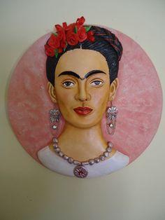 Medalhão em Papel Machê maciço, detalhes flores vermelhas em biscuit e fitas em cetim...brincos bijuteria prateada em pingente...colar em biscuit prata.