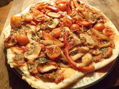 Vegan pizza with roasted tomatoes mushrooms peppers herbs spices Vegan Foods, Vegan Dishes, Vegan Meals, Best Italian Recipes, Vegan Recipes Easy, Frying Pan Pizza, Lunch Buffet, Intuitive Eating, Vegan Pizza