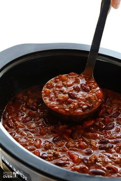 Classic Slow Cooker Chili -- super easy to make, and SO GOOD!   gimmesomeoven.com #soup #fall #gameday