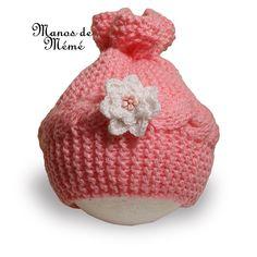 Gorro para bebe tejido en dos agujas con adorno en crochet, elaborado en lana acrílica.