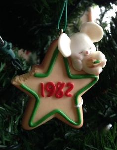 ★ Hallmark® Christmas mouse snitching a cookie. 1982 ★