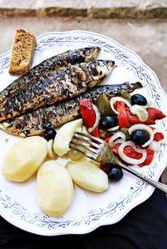 GRILLED WHOLE SARDINES with POTATO, BELL PEPPER, BLACK OLIVE & ONION [pratos-e-travessas]