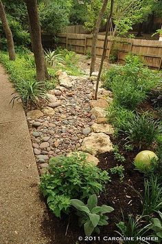 How to Install a Dry Creek Bed: beautiful way to control drainage in landscaping #backyardlandscapediystonewalkways