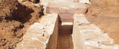 Διάδρομος που οδηγεί στο εσωτερικό της πυραμίδας, πίνακας από αλάβαστρο στον οποίο έχουν χαραχθεί δέκα κάθετες σειρές με ιερογλυφικά, υπέρθυρο από γρανίτη και κατασκευή με λίθους ήρθαν, μεταξύ άλλων,