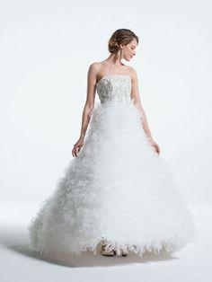 タカミ ブライダル コンパクトなビスチェにあしらわれた繊細なビーディングと、甘く軽やかなチュールのフリルスカートが美しいコントラストを描く、ボリュームドレス。