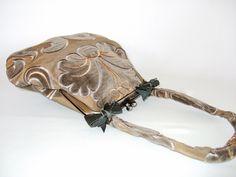 Ornamenti Gio        Entzückende kleine Bügeltasche für den Abend. Ein Taschentuch, Handy und Schlüssel sowie ein kleines Portemonnaie passen auch noch hinein. Der edle Stoff mit der samtigen Applikation auf Seide wirkt leicht nostalgisch, fällt auf und lässt neidische Blicke auf sich ziehen.