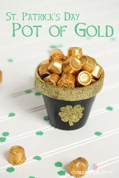 Whip up this adorable DIY Pot of Gold for your St. Patrick's Day festivities! Create your own DIY Pot of Gold! Diy St Patricks Day Decor, St Patricks Day Food, St Patrick's Day Decorations, Decoration Table, St Patrick Decorations, Birthday Decorations, Holiday Treats, Holiday Fun, Pots D'argile