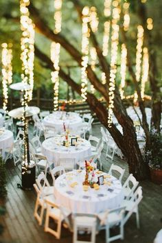 El Malibu Ranch en California es un escenario perfecto para una boda con luces decorativas. Las mesas sobre el patio deck son iluminadas por las lucecitas colgantes desde los árboles.