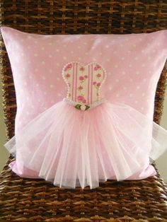 APRENDECONPAO: HERMOSOS COJINES PARA NIÑAS Cute Cushions, Cute Pillows, Baby Pillows, Easy Sewing Projects, Sewing Crafts, Diy Arts And Crafts, Diy Crafts, Pillow Crafts, Handmade Cushions