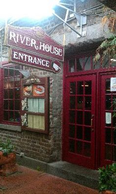 The River House Seafood restaurant along the Riverfront has delicious seafood and dessert! They're also known for serving Chatham Artillery Punch!