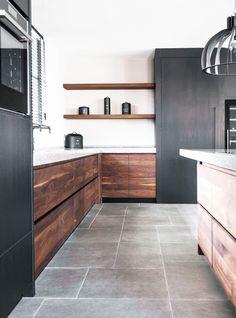 Deze luxe keuken is samengesteld uit notenhout en zwarte kasten. Door het stoere betonnen werkblad krijgt de keuken een unieke uitstraling. Black Kitchens, Home Kitchens, Kitchen Units, Kitchen Cabinets, Dark Grey Kitchen, White Coasters, Ikea, Range Cooker, Coaster Set