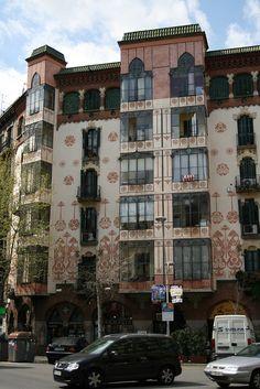 Casa Llopis Bofill (1902-1903), d'Antoni Maria Gallissà. A la cantonada dels carrers Girona i Mallorca.
