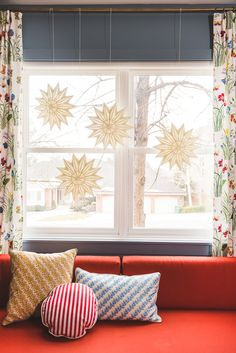 Scandinavian Paper Stars adorn windows during dark winter months and create a cheerful interior! And easy and festive DIY for the holiday season. Christmas Decorations, Holiday Decor, Christmas Tree Toppers, Diy Craft Projects, Diy Crafts, Paper Stars, Looking Stunning, Winter Months, Front Windows