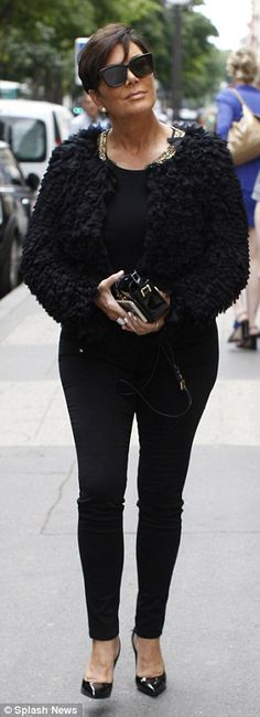 The enjoyed a shopping trip in Paris wearing a black oversized woolly jacket over a high-neck black top. Estilo Kris Jenner, Kris Jenner Hair, Kris Jenner Style, Kardashian Family, Kardashian Style, Kardashian Jenner, Bright Pink Dresses, Jenner Girls, Good Looking Women