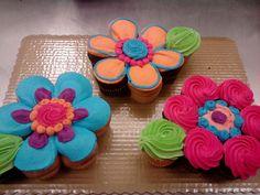 Daisy Flower Cupcake Cake = 8 cupcakes each Flowers Cupcakes, Flower Cupcake Cake, Cupcakes Flores, Pull Apart Cupcake Cake, Pull Apart Cake, Cute Cupcakes, Cupcake Cookies, Cupcake Toppers, Cupcake Cake Designs