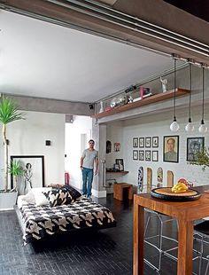 Depois de uma reforma, comandada pelo arquiteto Renato Mendonça, este apartamento térreo, construído nos anos 1950, ganhou instalações elétricas à mostra. Os tubos fazem parte, agora, da decoração moderna do local