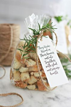Also a great idea for a party favor take home gift. Homemade Sourdough Croutons a great hostess or neighbor gift. Make these homemade sourdough croutons for your salads or gift giving ideas for the holidays. Homemade Christmas Gifts, Homemade Gifts, Homemade Products, Come Reza Ama, Bread Gifts, Neighbor Gifts, Neighbor Notes, Thanksgiving Gifts, Jar Gifts
