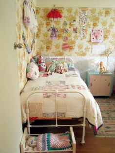love the single bed for the craft room