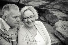 Lahjaidea hääpäiväänsä viettäviä varten: parikuvaus. Monella parilla on tilanne että yhteiskuvat on otettu viimeksi hääpäivänä. Yhteistä hyvää oloa on ihana juhlistaa parikuvauksella. Parin intsensä lisäksi myös jälkipolvet saavat kuvista iloa pitkään! #lahja #anniversarygifts #tampere #jennituominenphotography Jenni, Family Photography, Lifestyle, Couple Photos, Couples, Extended Family Photography, Couple Pics, Family Pictures, Couple Photography