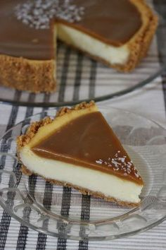 Tässäpä aivan ihana juustokakku kinuskikuorrutteella ja sormisuolalla ♥ En edes keksi millä sanalla tätä vois tarpeeks hyvin kuvata, lyhyes...