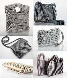 Aquí teneís diferentes modelos de bolsos. Todos ellos hechos con las chapitas de las latas de refresco:   Y aquí os dejo un pequeño detalle ...