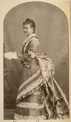 the gorgeous dress that Victorian stage actress Zelda Seguin is wearing in this photo.