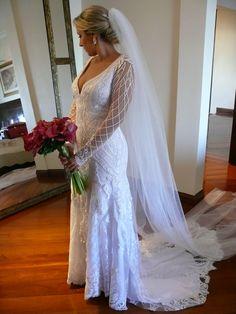 Vestido de noiva com renda aplicada.