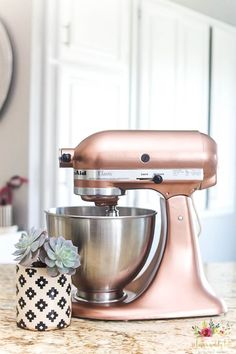 Paint your old KitchenAid mixer to freshen it up and give it a new look! Wow your guests this Holiday season! Swipe to see the before photo! - Mixer - Ideas of Mixer Diy Projects For Kids, Diy For Kids, Kitchenaid Mixer Colors, Kitchen Paint, Kitchen Decor, Stencil Diy, Cricut, Easy Home Decor, Diy On A Budget