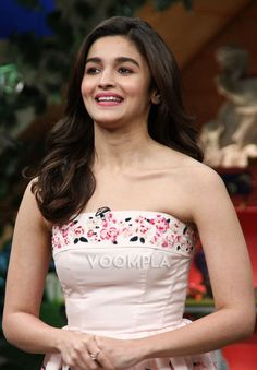 Candid and cute Alia Bhatt pic Trendy Dresses, Fashion Dresses, Dear Zindagi, Kapil Sharma, Alia Bhatt, Latest Pics, Star Fashion, Bollywood Actress, Indian Actresses
