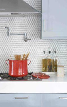 ホワイトで統一したキッチンに赤のお鍋が映えますね。六角形のタイルが素敵な模様になっています♪