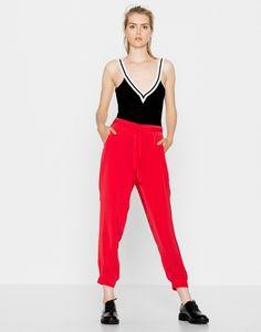 Los bodies de la nueva colección de Pull&Bear moldean, estilizan y se convierten en uno de sus mayores best-sellers. ¿Qué te parece este en Black & White? ¡A nosotros nos encanta!  Cómpralo aquí: https://ad.zanox.com/ppc/?39031773C40765729&ulp=[[http://www.pullandbear.com/es/es/body-escote-pico-c0p100583041.html?utm_campaign=zanox&utm_source=zanox&utm_medium=deeplink]] #pullandbear  #body #años90