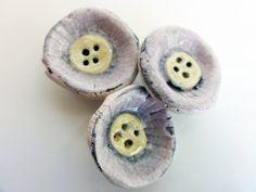Set di tre bottoni  Rosa con giallo  Bianco con viola di mimixcoco, €7.00