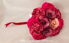 Bouquet de flores de tela,con broches de diferentes de rubí y granates con pinceladas de vendimia y Otoño, lleno de detalles y colorido Nos recuerda sabores y detalles mágicos, que intentamos plasmar en nuestras creaciones, para que puedan estar por siempre jamás a tú lado. algodondeluna@gma... o 606619349