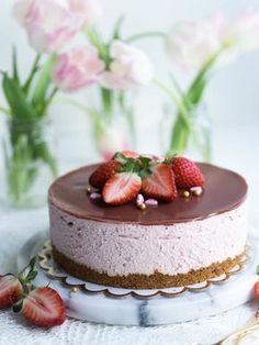 Silkinpehmeä Mansikkajuustokakku (vegaaninen - liivatteeton) Delicious Desserts, Dessert Recipes, Just Eat It, Valentines Food, Vegan Cake, Vegan Treats, Vegan Baking, Let Them Eat Cake, Yummy Cakes
