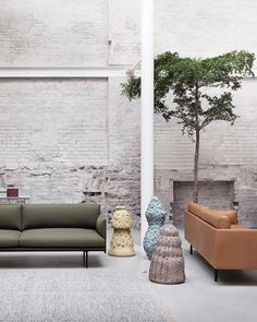 A natural-toned combination of OUTLINE sofas: Fresh Fiord fabric meets classic Cognac Leather. Coloured up with sculptures by #byhanneg #muutodesign #muuto #scandinaviandesign #outlinesofa #newperspectives #andersenandvoll