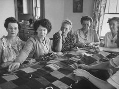 Quilting bee back in the day when gram would work on quilts with the neighbor farming ladies for hours while they solved problems and traded recipes - back in the day. Old Quilts, Antique Quilts, Vintage Quilts, Vintage Sewing, History Of Quilting, Quilt Modernen, The Neighbor, Hand Quilting, Quilting Room